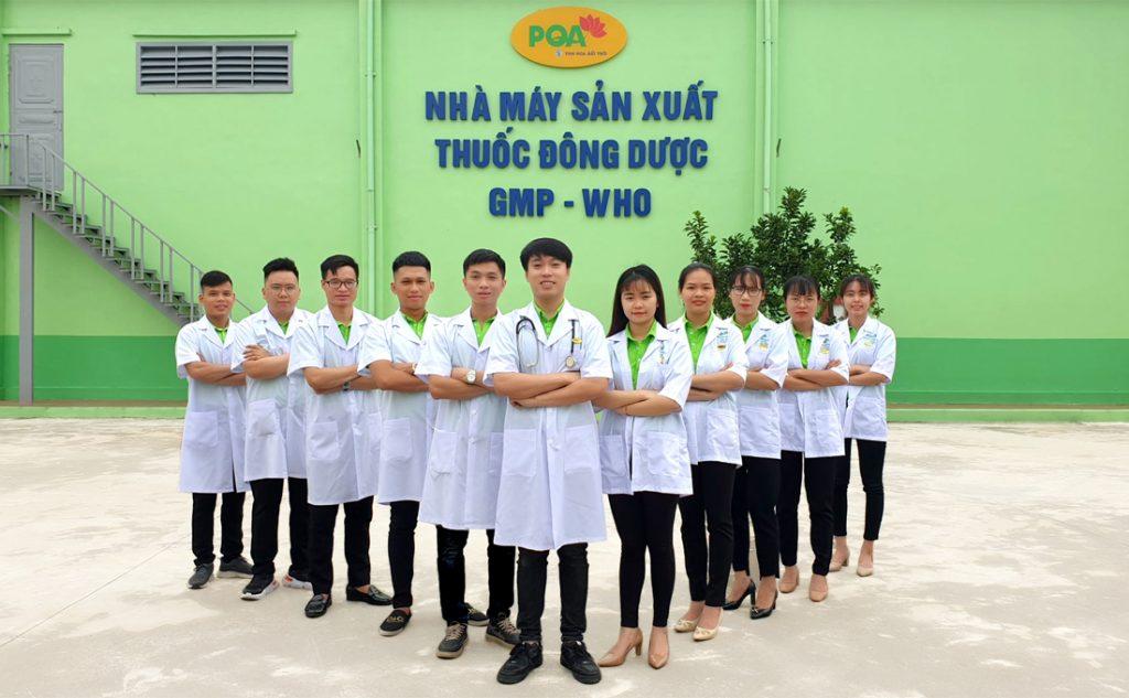Các Dược sĩ PQA chụp ảnh bên nhà máy sản xuất